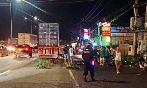 Xe container tông xe máy cùng chiều, một người chết thảm