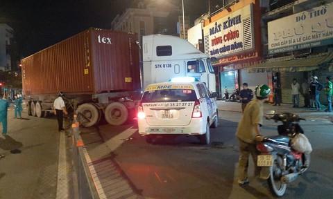 Xe container húc văng giải phân cách, tông 2 ôtô ở trung tâm Sài Gòn