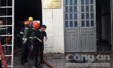TPHCM: Cảnh sát cứu 2 người thoát khỏi đám cháy công ty