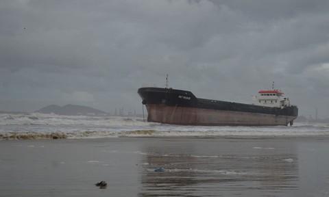 Hai tàu hàng bị sóng biển đánh đứt dây neo, trôi dạt mắc cạn