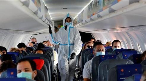 Đeo khẩu trang – lá bùa chống Covid-19 cho hành khách đi máy bay?