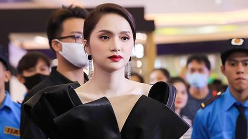 Hoa hậu Hương Giang xuất hiện tại một sự kiện được khán giả quan tâm vây kín, nhiều bảo vệ phải hộ tống
