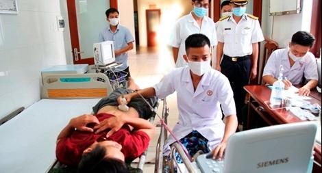 Quân y ở Trường Sa cấp cứu hai ngư dân viêm ruột thừa cấp và tai nạn lao động