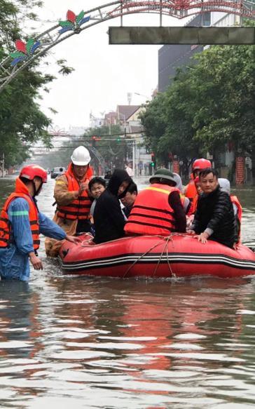 Công an Nghệ An điều xuồng máy và chiến sĩ vào Hà Tĩnh cứu hộ người dân