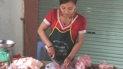 Thịt lợn ế ẩm cả năm, tiểu thương ngoài chợ đành phải giảm giá