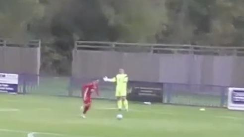 Một pha xử lý đi vào lòng đất của thủ môn khi ném bóng cho đối phương dễ dàng ghi bàn