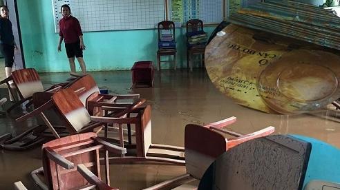 Trường học tan hoang vì mưa lũ, sách vở, máy tính ngập trong bùn