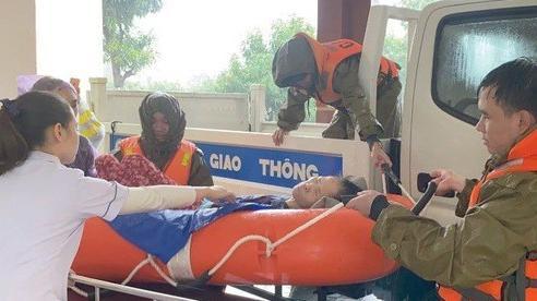 Vượt lũ đưa bệnh nhân, sản phụ đi bệnh viện