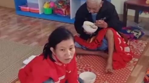 Quặn lòng trước hình ảnh những đứa trẻ chia nhau từng sợi mỳ tôm trong một điểm sơ tán ở Hà Tĩnh