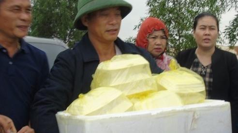 Những suất cơm bọc nilon nóng hổi gửi thuyền cứu hộ vào vùng lũ ngập sâu Quảng Bình