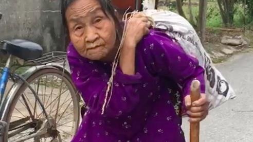 Xúc động cụ bà gần 90 tuổi lưng còng 'cõng' bao quần áo đi ủng hộ người dân miền Trung