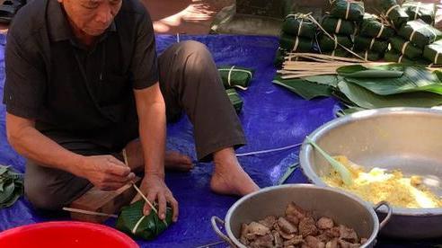 VIDEO: Cận cảnh những chiếc bánh chưng đong đầy sự sẻ chia của người Hà Nội gửi đến đồng bào rốn lũ miền Trung