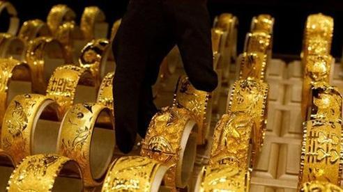 Giá vàng thế giới tăng vọt khi USD mất giá