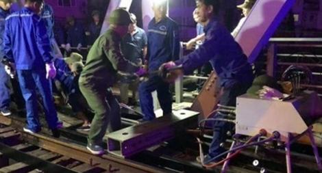 Tàu thủy tông lệch cầu đường sắt Tam Bạc