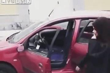 Nhảy ra ngoài quay video khi xe đang chạy, hai cô gái trẻ nhận cái kết đắng
