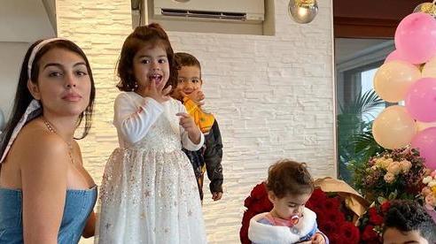 Ronaldo thở phào vì Georgina và các con không nhiễm Covid-19