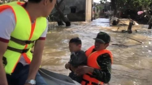 Người đàn ông lao xuống bế cậu bé dưới dòng nước lũ: 'Hành động của tôi chỉ là phản xạ tự nhiên, bế cháu bé lên mà trái tim tôi thấy nhói'