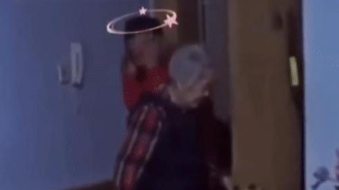 Đi ăn nhậu về muộn, con trai 60 tuổi bị mẹ già 85 tuổi 'trừng phạt' khiến CĐM cười ra nước mắt