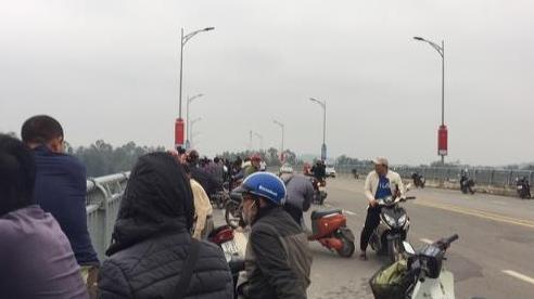 Nam thanh niên bỏ lại dép và xe máy trên cầu rồi gieo mình xuống sông Hiếu tự tử