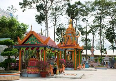Chùa Sro Lôn- Ngôi chùa 'bọc' gốm sứ