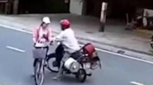 Sàm sỡ nữ sinh 13 tuổi trên đường, nam thanh niên bị người dân vây bắt