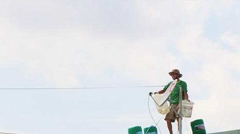 Người Quảng Nam đưa bao cát, thùng dầu lên mái nhà chống bão số 9