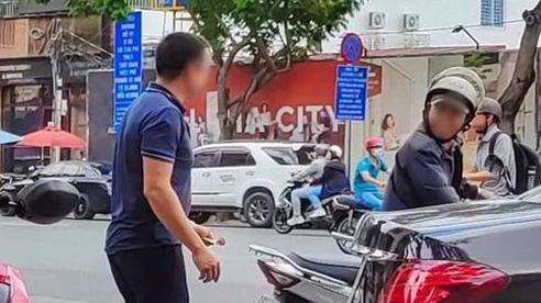 Nam thanh niên có hành động bất ngờ với người đàn ông lam lũ lỡ đổ khay cơm tạo nên hình ảnh đẹp giữa Sài Gòn