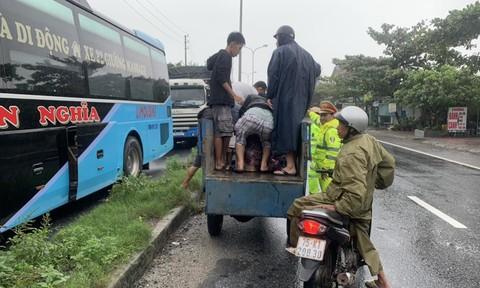 CSGT và người dân đi 4 km phát cơm miễn phí cho tài xế tránh bão
