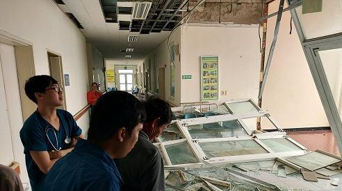 Ảnh hưởng của bão Molave: Bệnh viện vỡ tung kính chắn, tốc hàng loạt mái