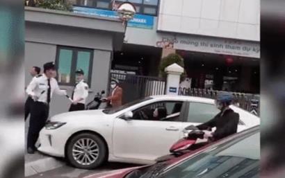 Clip: Bị bảo vệ ngăn lại, nữ tài xế vẫn đòi lao xe lên vỉa hè và nài nỉ 'anh cho em đi nốt lần này'