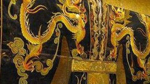 Long bào của vua thêu chỉ vàng, đính đá quý, cung nữ làm sạch bằng cách nào?