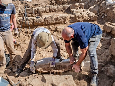Phát lộ phiến đá đánh dấu ranh giới có niên đại 1.700 năm ở Israel