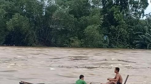 Hà Tĩnh: Người dân vẫn liều mình vớt củi dù nước sông dâng cao