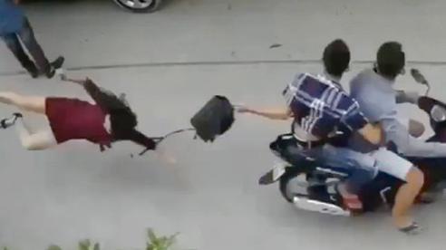 Clip 2 gã thanh niên cướp túi xách, kéo người phụ nữ ngã đập đầu xuống đường khiến dư luận phẫn nộ