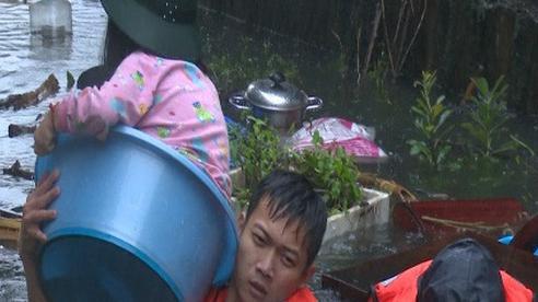 Nghệ An: Quân đội, công an khẩn trương di dời nhân dân ra khỏi vùng ngập lụt