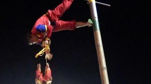 Bé gái 2 tuổi bị treo ngược ở độ cao 9m trong lễ hội, tung lên hứng xuống như búp bê