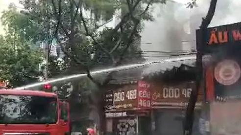 Dập tắt đám cháy tại quán lẩu phố Dịch Vọng Hậu