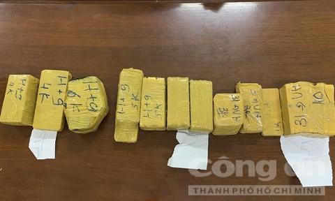 Bắt vụ vận chuyển 51kg kim loại nghi là vàng qua biên giơi