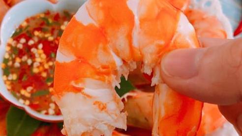 Luộc tôm cho 4 nguyên liệu này, đảm bảo tôm vừa ngọt lại không tanh