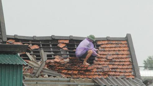 Lốc xoáy 30 giây ở Hà Tĩnh làm 29 nhà dân bị tốc mái