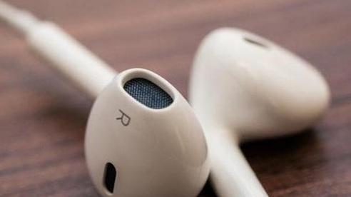 Công dụng của lỗ hổng bí ẩn trên mọi chiếc tai nghe của Apple