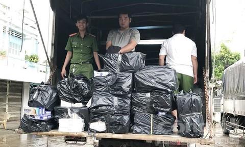 Bắt 2 xe tải vận chuyển gần 7.000 gói thuốc lá lậu giấu trong bao đường
