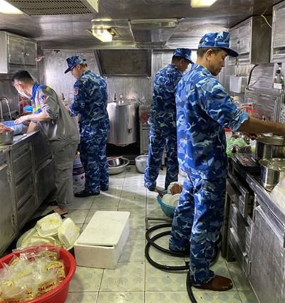 Để 'cơm dẻo, canh ngọt' trên tàu Cảnh sát biển 8003