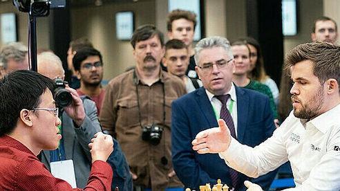 Lê Quang Liêm hòa Magnus Carlsen ở Skilling Open