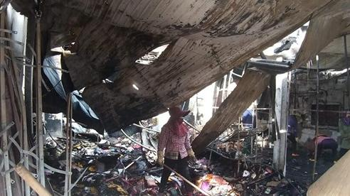 Căng nhà 2 tầng bốc cháy dữ dội trong đêm, 4 người tháo chạy bằng cửa sau