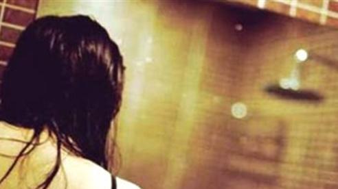 Tố cô giáo chụp ảnh nữ sinh đang tắm: 'Cô không sai'