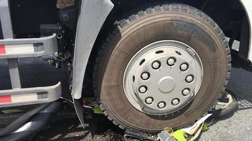 Cô gái bị gãy chân, gào khóc kêu cứu sau cú va chạm với xe tải ở Sài Gòn