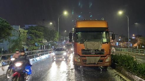 Tai nạn liên hoàn tại cầu vượt, người phụ nữ bị dập nát xương đùi 2 chân, giao thông ách tắc