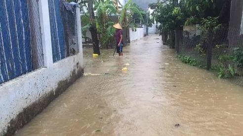 Mưa như trút nước, nhiều nơi ở Khánh Hòa ngập sâu