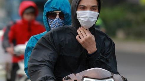 Cuối tuần rét đậm, người Hà Nội ăn mặc như ninja kín mít từ đầu đến chân, túm năm tụm ba xuýt xoa bên đống lửa trên vỉa hè chia nhau hơi ấm